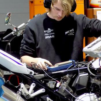 Erkende werkplaats voor Suzuki, Peugeot, Mash, Sym en Derbi.  Wij onderhouden en herstellen alle merken van motorfietsen.  Onze werkplaats is één van de grootste en best uitgeruste in Vlaanderen.