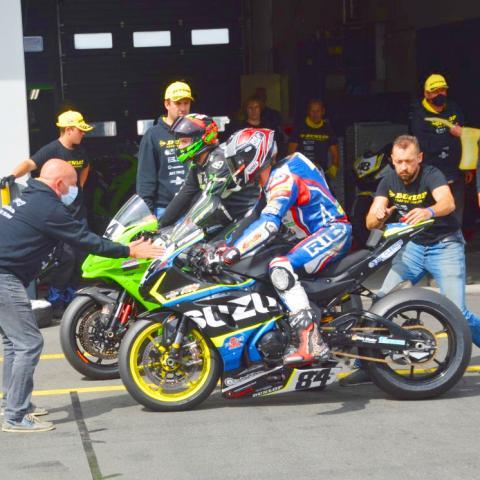 Kawasaki en Suzuki in de pitlane