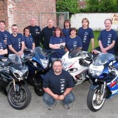 Het team wordt versterkt door de vrijwillige samenwerking met motorrijders en motorracers